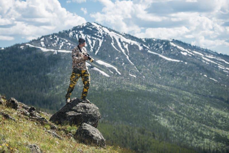 旅游人摄影师照相和享受山看法在黄石国家公园 免版税库存照片