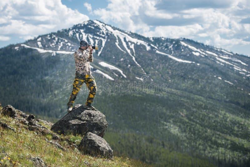 旅游人摄影师照相和享受山看法在黄石国家公园 库存图片