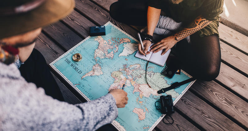 旅游使用世界地图的计划假期 库存照片