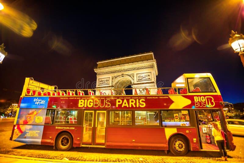 旅游公共汽车在巴黎 库存图片