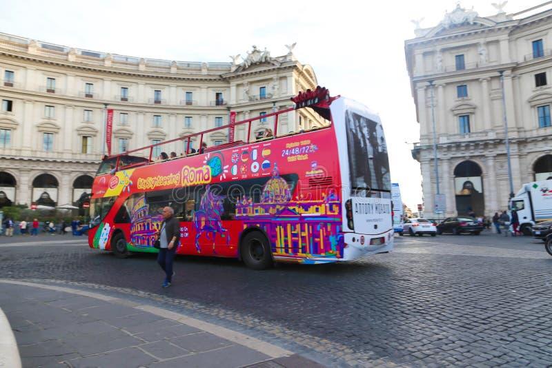 旅游公共汽车罗马-意大利 免版税库存图片