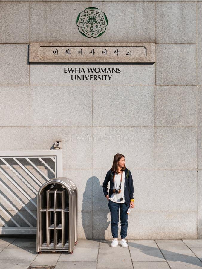 旅游参观的Ehwa妇女大学 免版税图库摄影