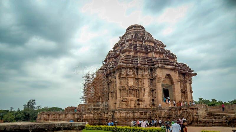 旅游参观科纳克太阳神庙太阳寺庙在奥里萨邦,印度 科纳克太阳神庙反对a的太阳寺庙 免版税库存照片