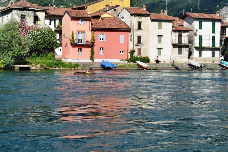 旅游在他的独木舟荡桨阿达河河在莱克 免版税库存照片