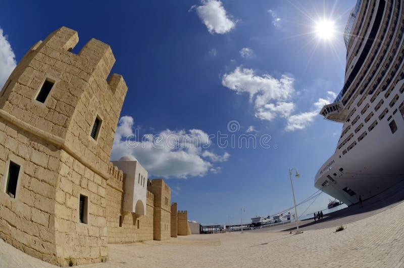 旅游城堡和passanger游轮在La Goulette巡航终端在突尼斯 库存图片