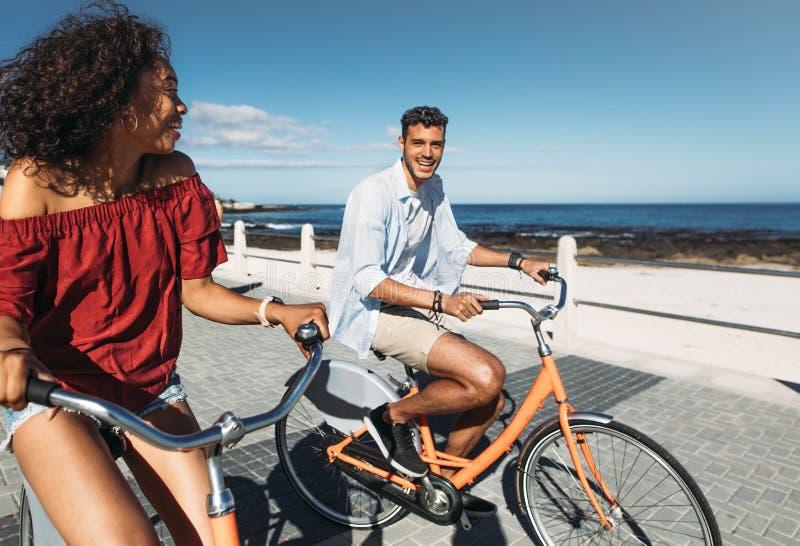 旅游夫妇骑马自行车在城市 免版税库存图片