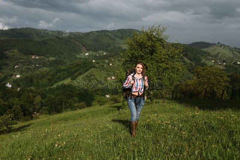 旅游女孩喜欢走户外在一天旅游业 免版税库存图片