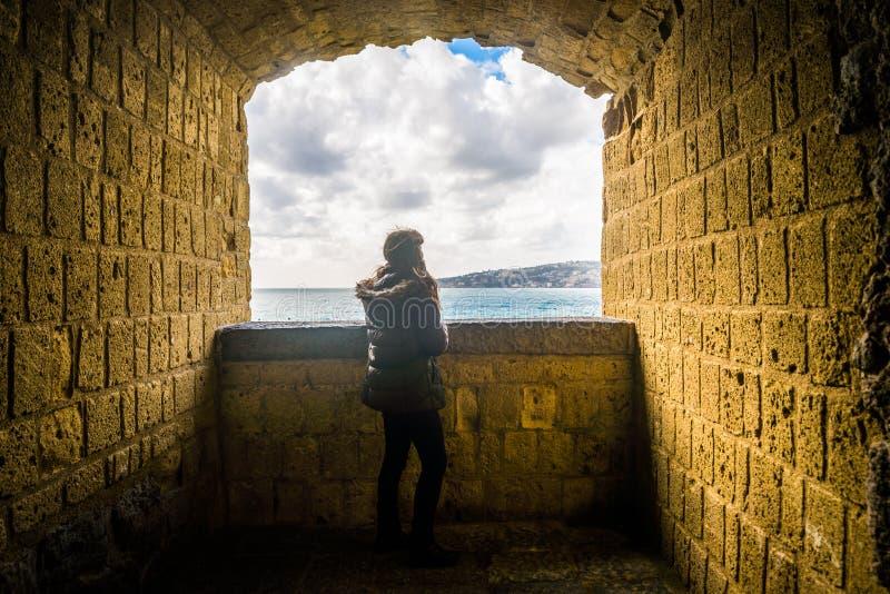 旅游女孩在那不勒斯 库存图片