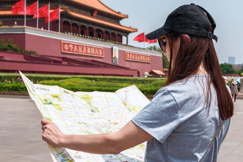 旅游女孩拿着中国北京的首都地图  图库摄影