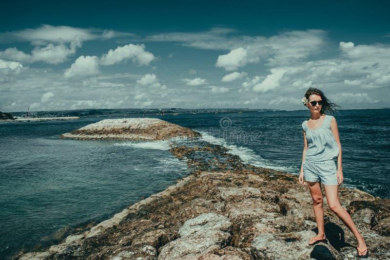 旅游妇女享受在库塔海滩的假期 巴厘岛旅行家 探索美好的印度尼西亚风景 人们旅行 旅游业概念 库存照片