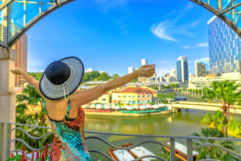 旅游妇女在克拉码头 免版税库存图片