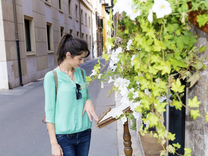 年轻旅游妇女在维罗纳,意大利 图库摄影