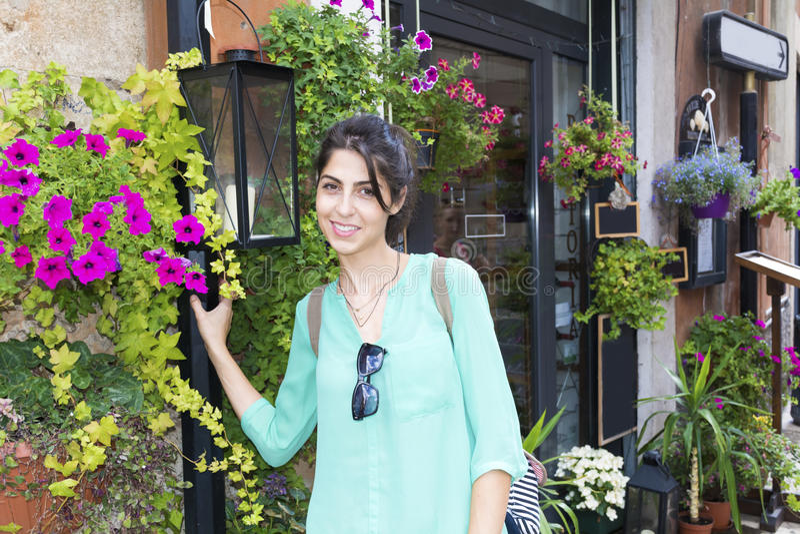 年轻旅游妇女在维罗纳,意大利 库存照片