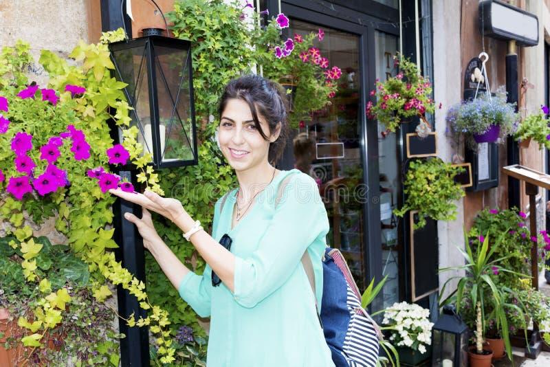 年轻旅游妇女在维罗纳,意大利 免版税库存照片