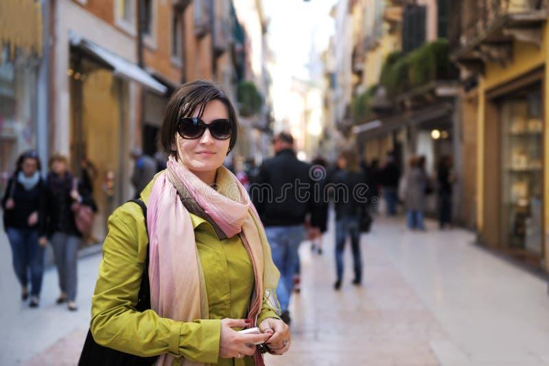 旅游妇女在维罗纳 免版税库存图片