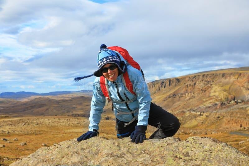 旅游妇女登山家 免版税库存图片