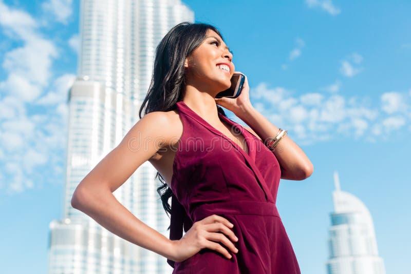 Download 旅游妇女谈话在电话在迪拜 库存照片. 图片 包括有 城市, 中心, 街道, 突出, 户外, 人员, arabel - 59101998