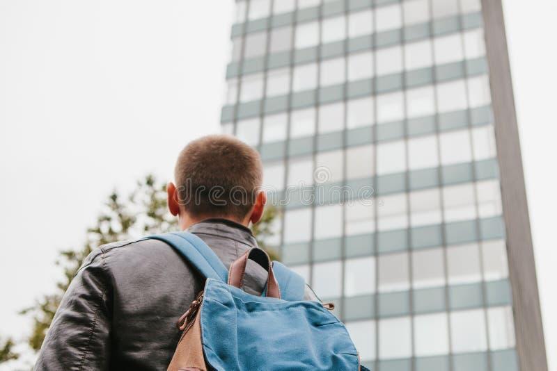 旅游手表视域在一个大城市或得到丢失在一个不熟悉的地方 免版税库存照片
