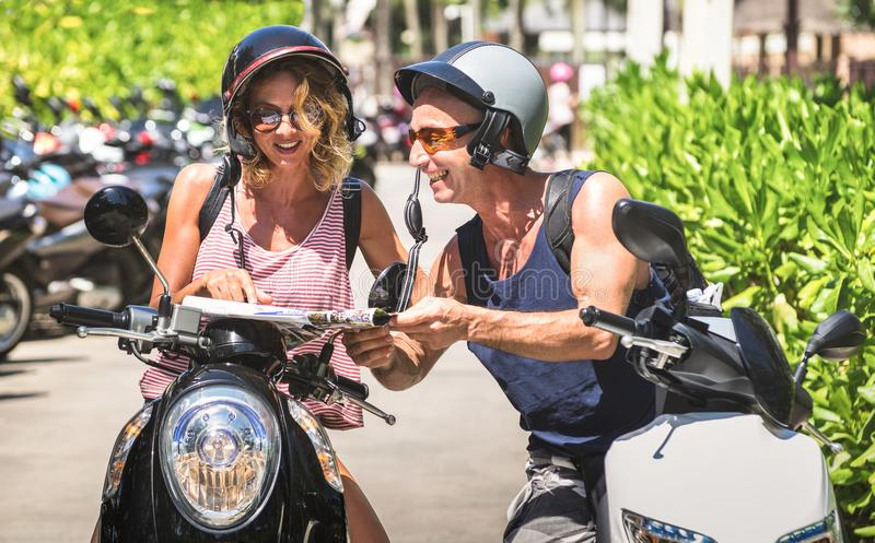 旅游旅客愉快的夫妇在Patong附近的与摩托车s 库存图片