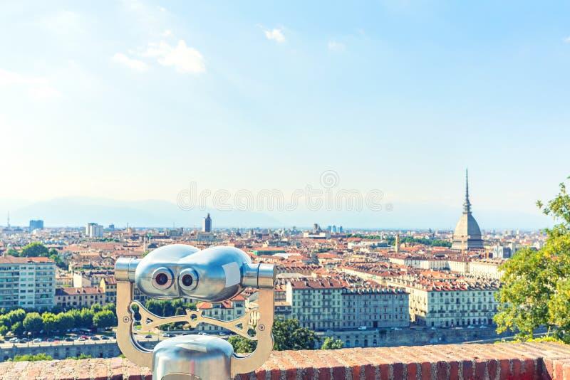 旅游望远镜看看托里诺都灵,意大利,金属双筒望远镜的关闭的市中心在背景观点overlookin 免版税库存照片