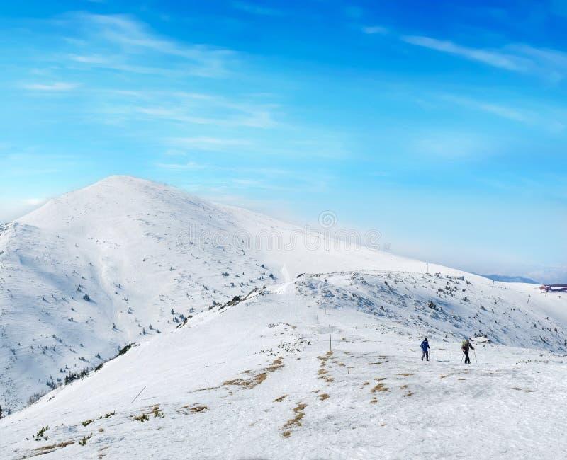 旅游步行在山的上面 库存图片