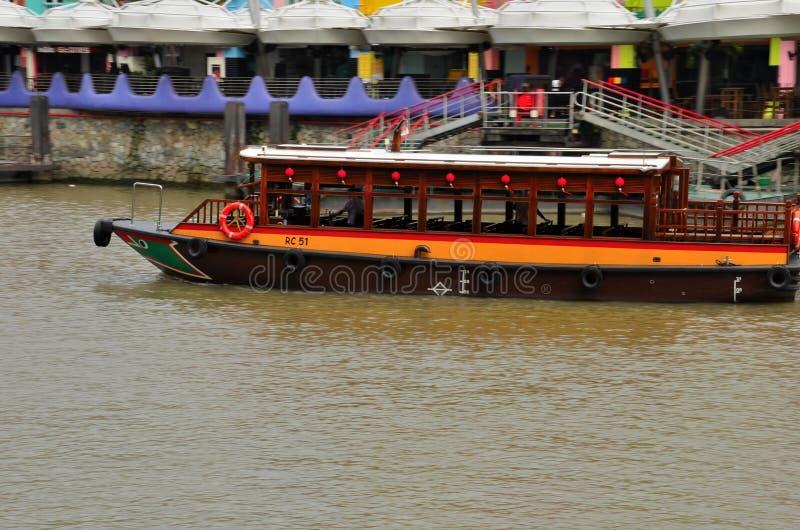 在新加坡河的旅游巡航bumboat 免版税库存图片