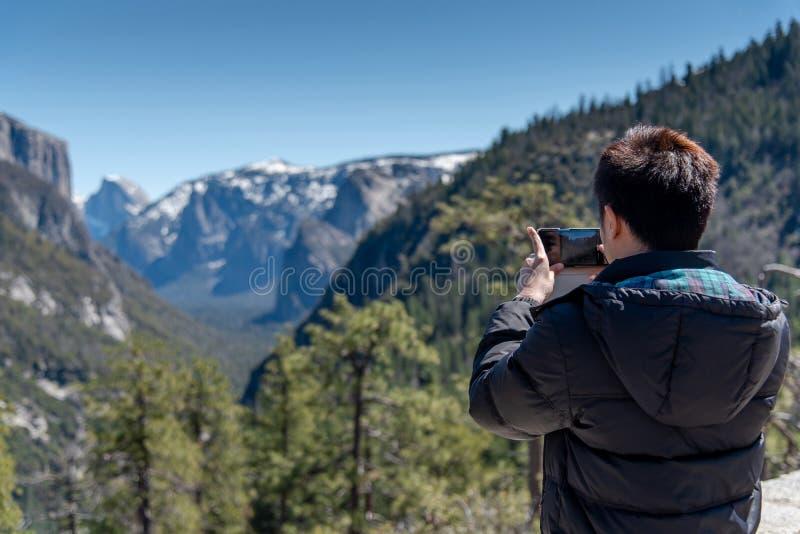 旅游照相在优胜美地国立公园 库存照片