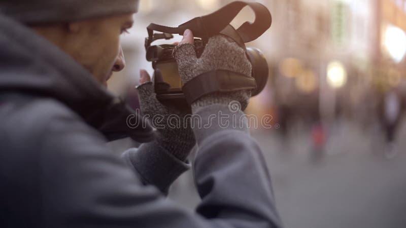 旅游照相在城市,私家侦探暗中侦察,无固定职业的摄影师在工作 免版税库存照片