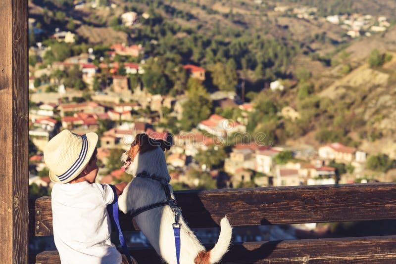 旅游终点的两个朋友在看下来谷的塞浦路斯山 库存照片