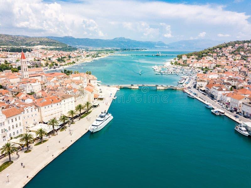 旅游老特罗吉尔,在一个小海岛和港口上的古镇鸟瞰图亚得里亚海的海岸的在分裂达尔马提亚,克罗地亚 库存图片