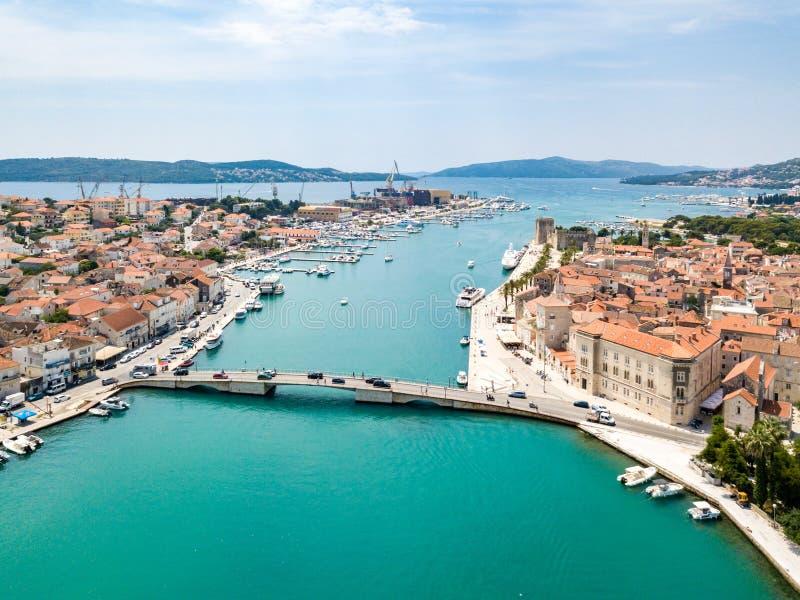 旅游老特罗吉尔,在一个小海岛和港口上的古镇鸟瞰图亚得里亚海的海岸的在分裂达尔马提亚,克罗地亚 免版税库存照片