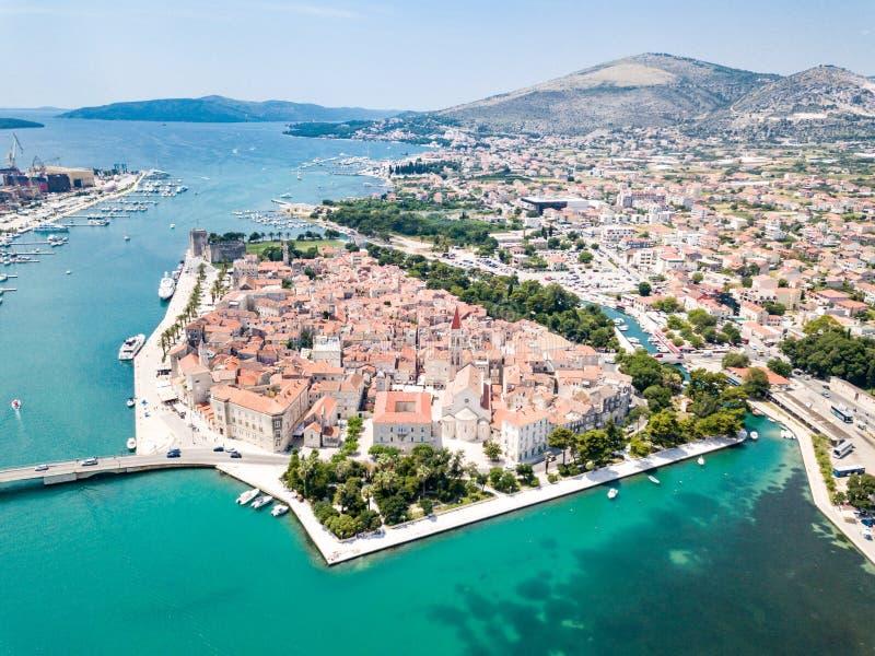 旅游老特罗吉尔,在一个小海岛和港口上的古镇鸟瞰图亚得里亚海的海岸的在分裂达尔马提亚,克罗地亚 库存照片