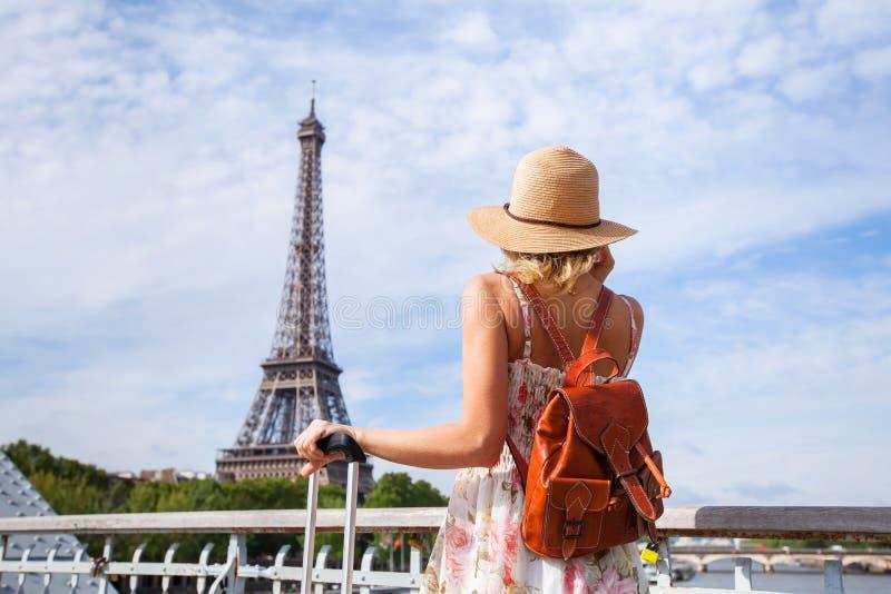 旅游背包徒步旅行者在巴黎,旅行在欧洲 库存图片