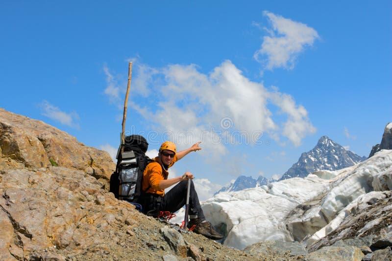 旅游背包徒步旅行者的山 免版税图库摄影