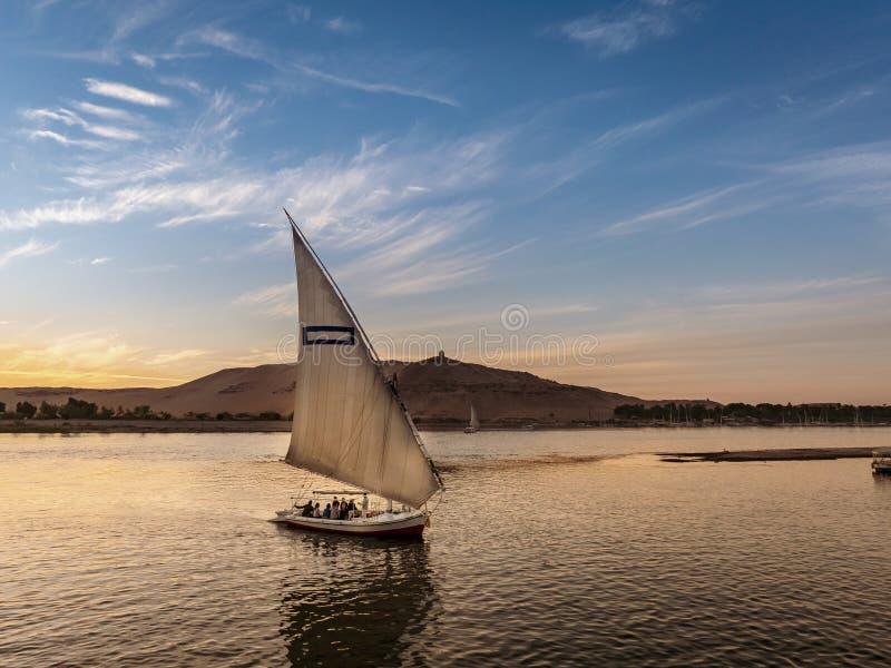 旅游采取在一条Felucca小船的乘驾在尼罗河的卢克索埃及 库存照片
