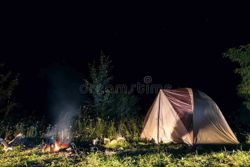 旅游野营的帐篷在晚上 免版税库存图片