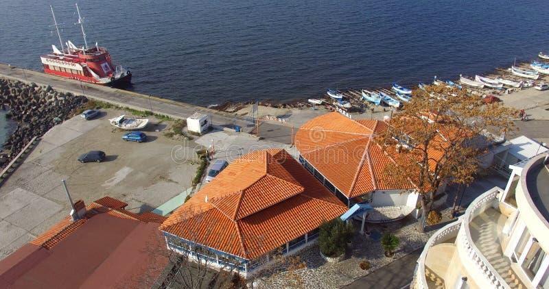 旅游马达船在波摩莱海湾,保加利亚停放了 库存照片