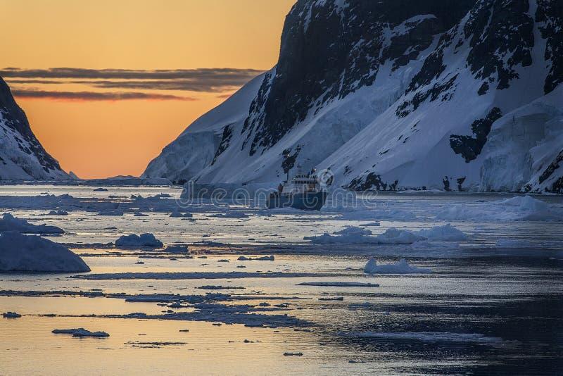 旅游破冰船-午夜太阳的南极洲 库存图片