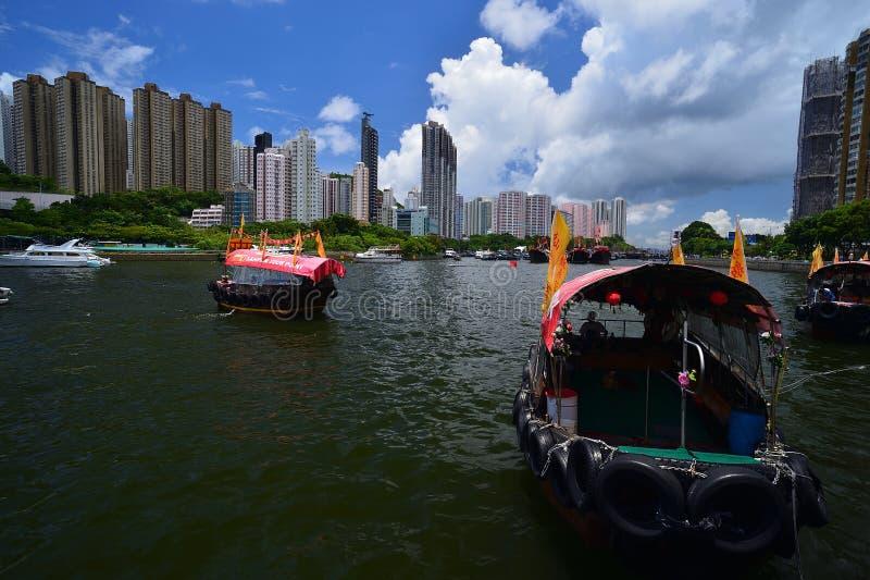 旅游sampan在阿伯丁风雨棚在香港在晴天 库存图片