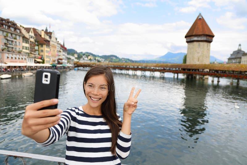 旅游selfie妇女在卢赛恩瑞士 免版税库存图片