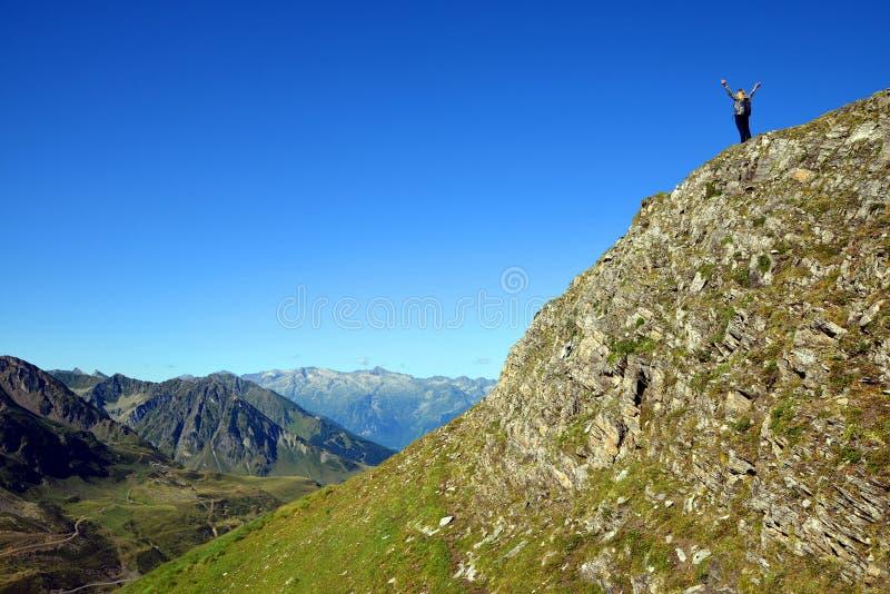 旅游stnding在岩石在比利牛斯国立公园 库存图片