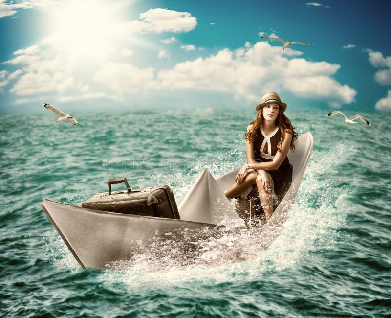 旅行。有行李的妇女在小船 免版税库存图片