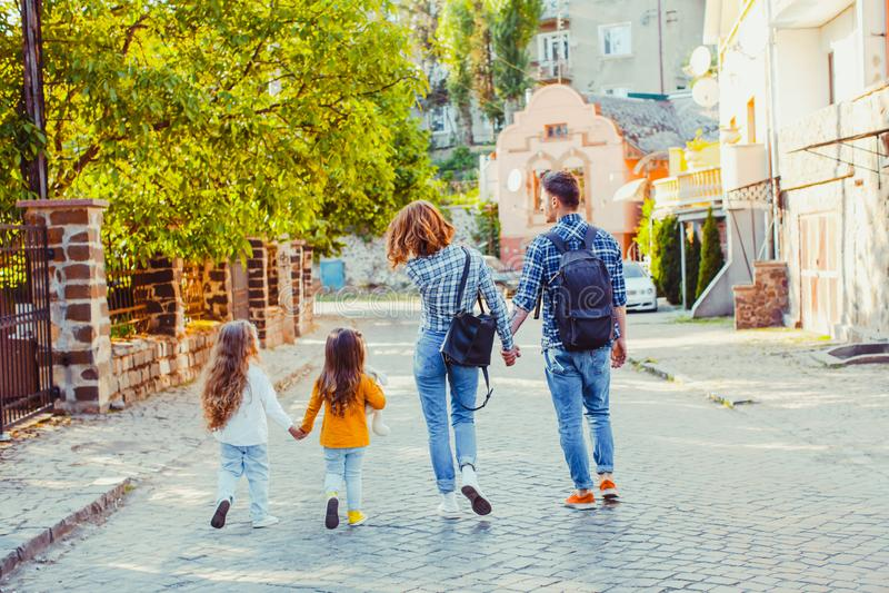 旅行与他们的女儿的父母在国家周围 免版税库存照片