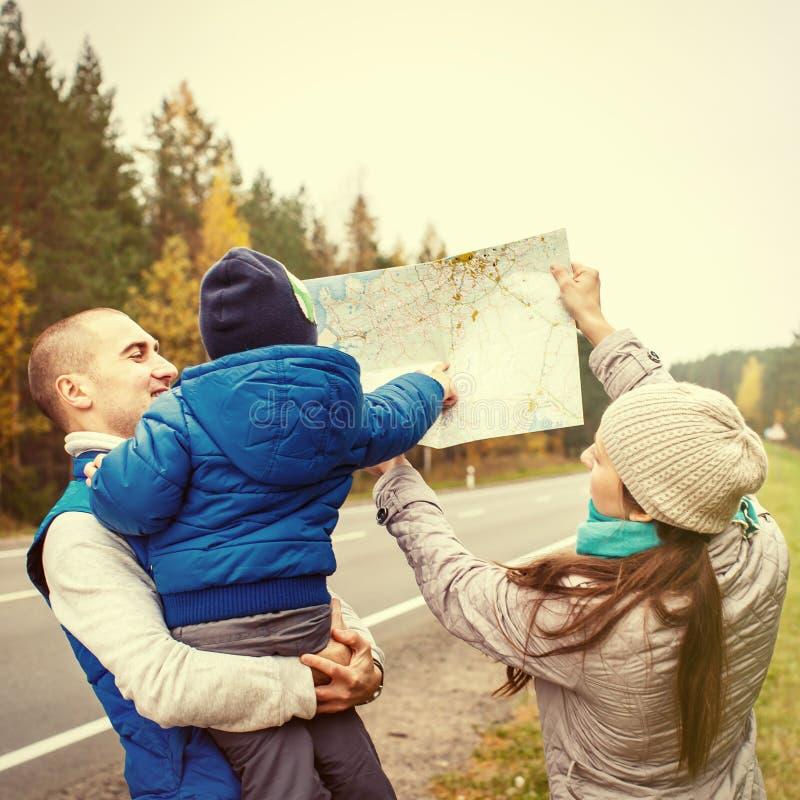 旅行与地图的家庭 秋天 免版税图库摄影