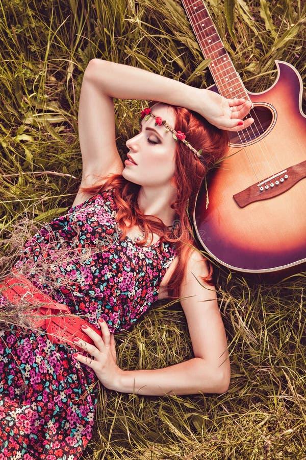 旅行与她的吉他的浪漫嬉皮的女孩 夏天 库存照片