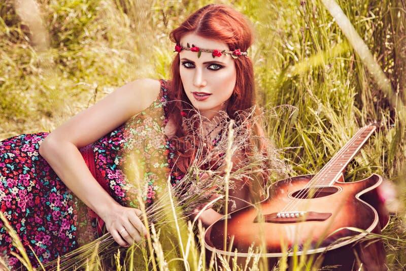 旅行与她的吉他的浪漫愉快的女孩 夏天 库存图片