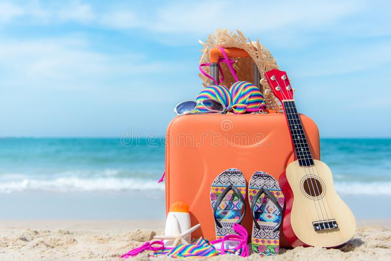 旅行与老手提箱和时尚妇女泳装比基尼泳装,海星,太阳镜,帽子的夏天 旅行在假日, 免版税库存照片