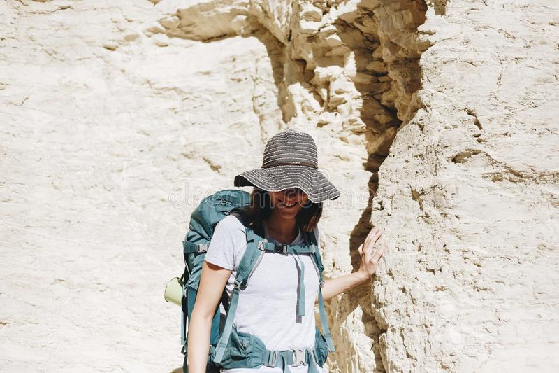 旅行与背包的妇女 免版税库存照片