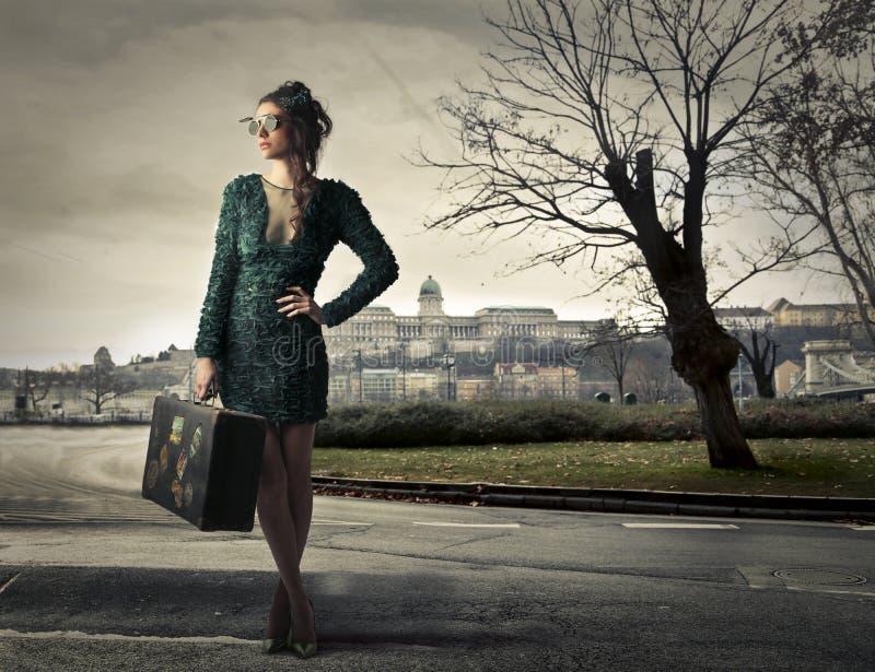 旅行与行李的妇女 免版税库存照片