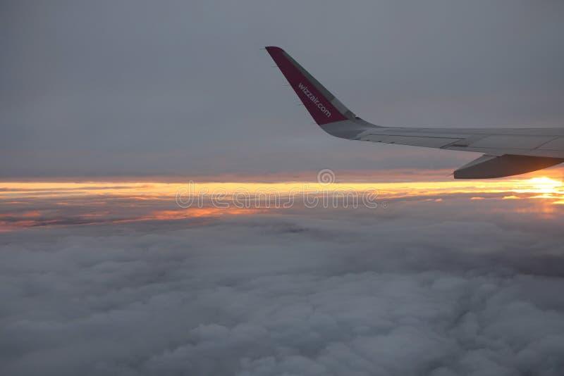 旅行与Wizzair 美好的五颜六色的日落 免版税图库摄影